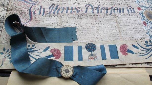 Den 12. marts 1765 blev en mand ved navn Hans Petersen udlært som gartnersvend. Som bevis fik han dette lærebrev. Brevet kan gøres os klogere på fortiden, men hvordan? Det spørgsmål kan kildekritikken hjælpe os med at besvare.