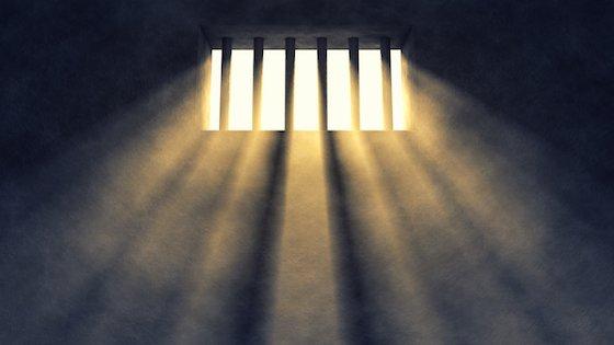I en fængselscelle i Svendborg sidder en dreng.