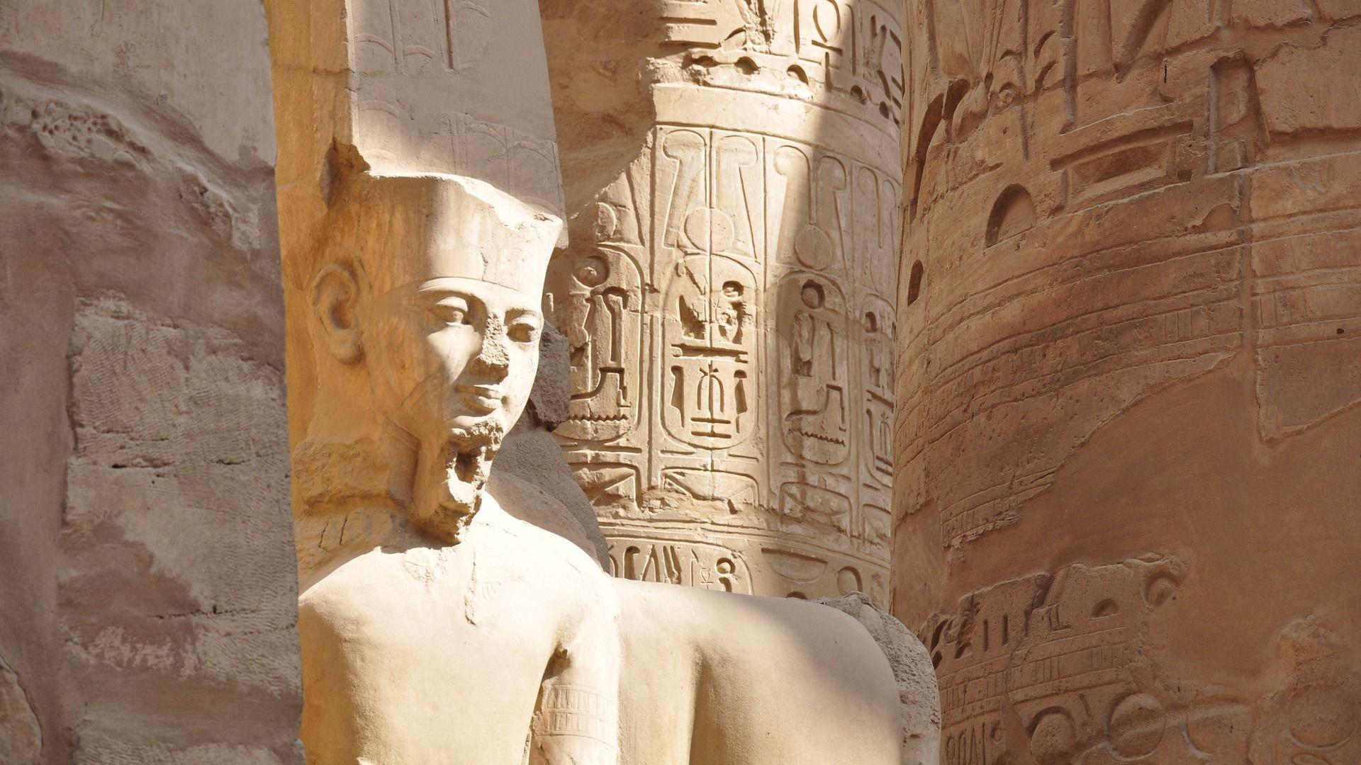 Der findes masser af spor fra det gamle Egypten. De mest kendte er pyramiderne, men der er også bevaret mange templer og statuer.
