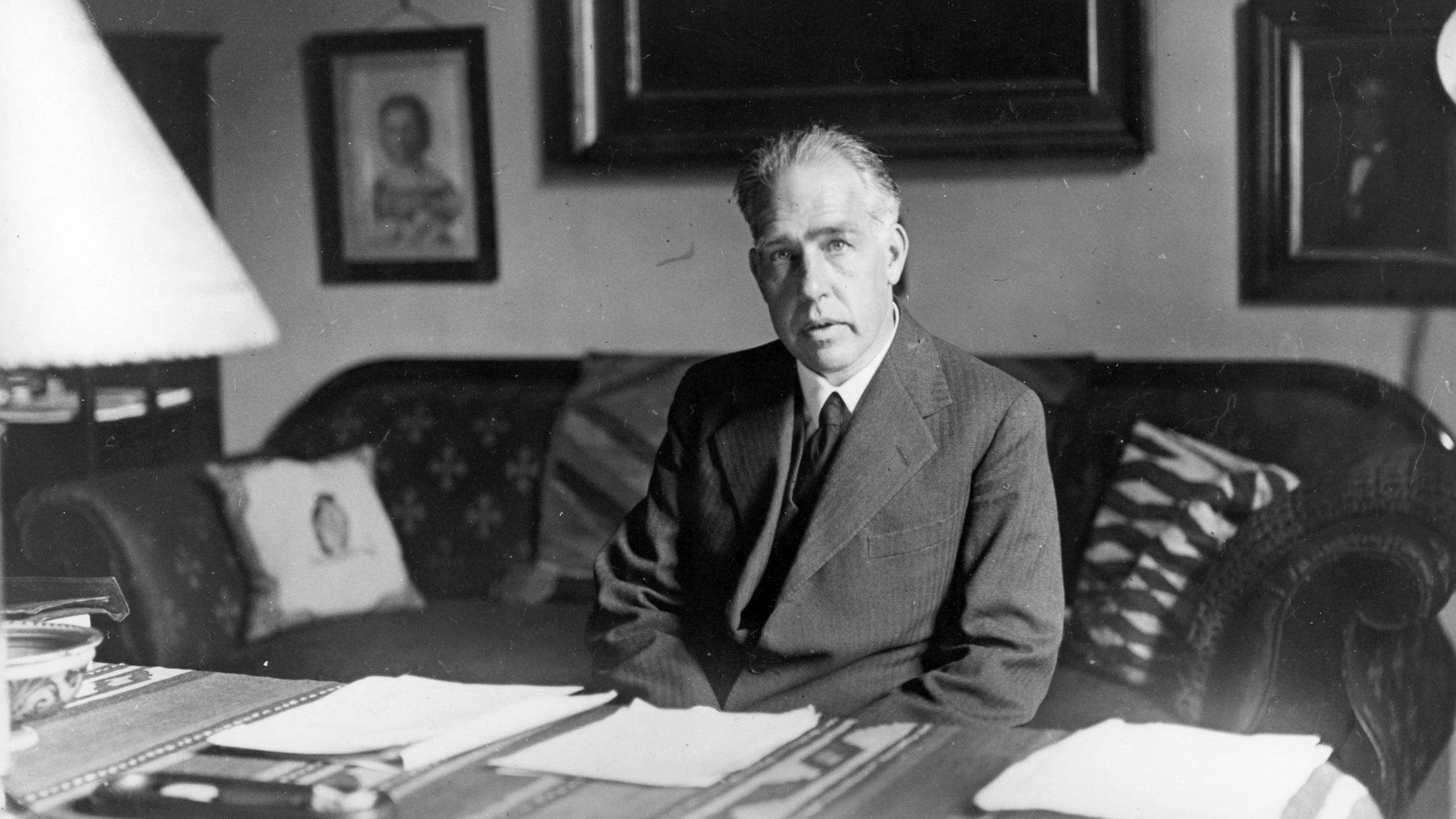 Den danske fysiker Niels Bohr har spillet en stor rolle i opdagelsen af atomets opbygning.