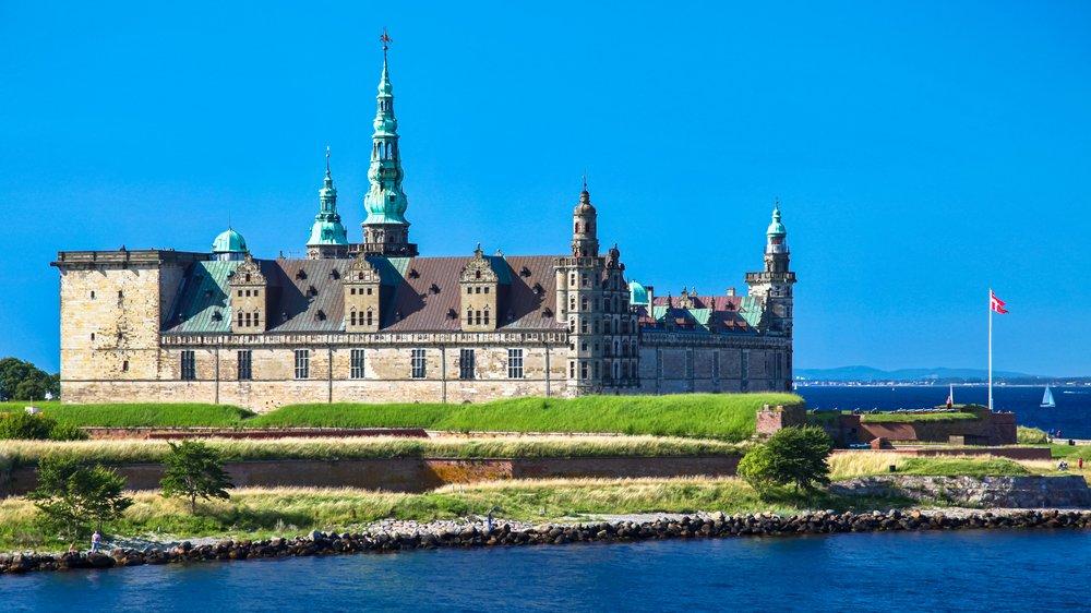 Holger Danske sidder i kælderen på Kronborg Slot i Helsingør. Han er blevet et symbol på dansk kultur. Myten om Holger Danske handler om, at hvis Danmark trues af en ydre fjende, så vil statuen i kælderen på Kronborg Slot blive til kød og blod og gå i for