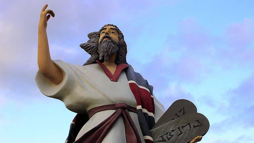 Moses fik ifølge Bibelen De ti bud på Sinaibjerget, der ligger i Egypten.