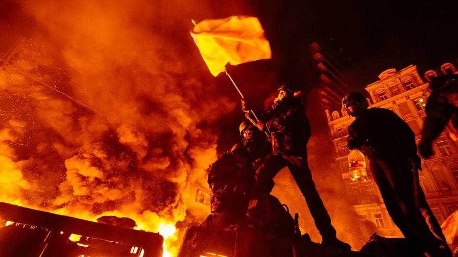 Verdenshistorien har budt på mange oprør. Her ses demonstranter i Kiev, Ukraine, i 2013, hvor voldsomme uroligheder i sidste ende førte til, at præsidenten gik af.