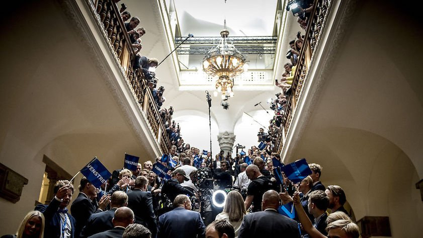 Efter en hård valgkamp står det på valgaftenen klart, hvilken blok der har fået flest stemmer, og sejren kan fejres på Christiansborg. Her tager medierne imod Lars Løkke Rasmussen på valgaftenen i 2015.
