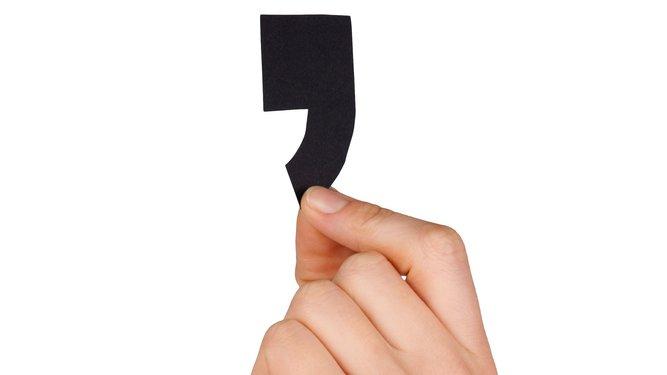 Komma er et lille tegn, men det kan have ganske stor betydning for, hvordan vi forstår en sætning. Så det er vigtigt, at det sættes korrekt.