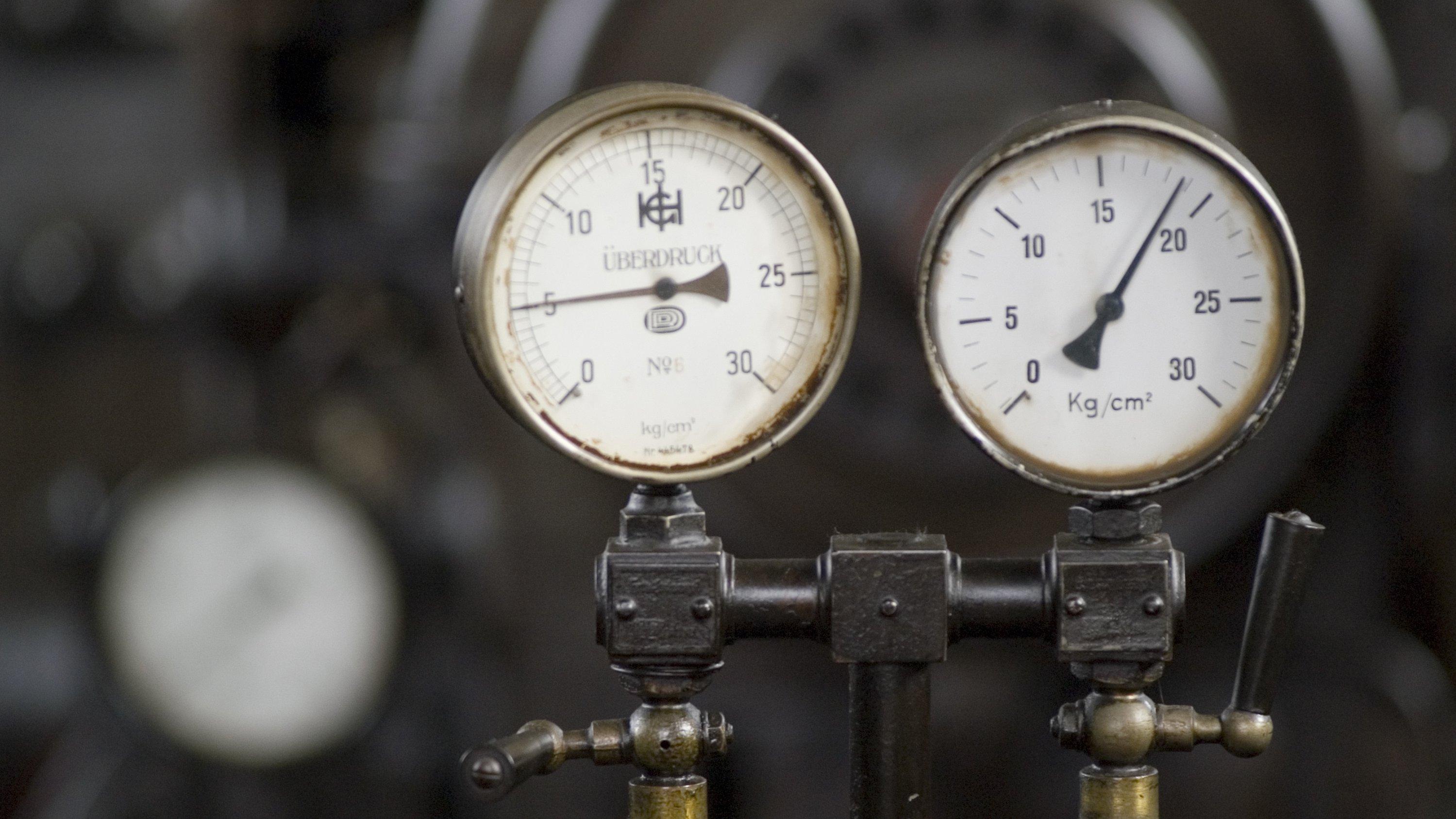 Et manometer måler trykket på en gasflaske.