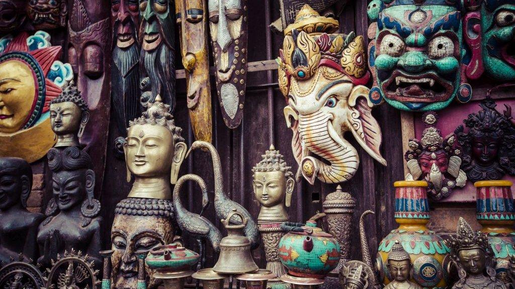 Denne butik med souvenirs i Nepal sælger både masker af elefantguden Ganesha og statuer af Buddhas hoved.