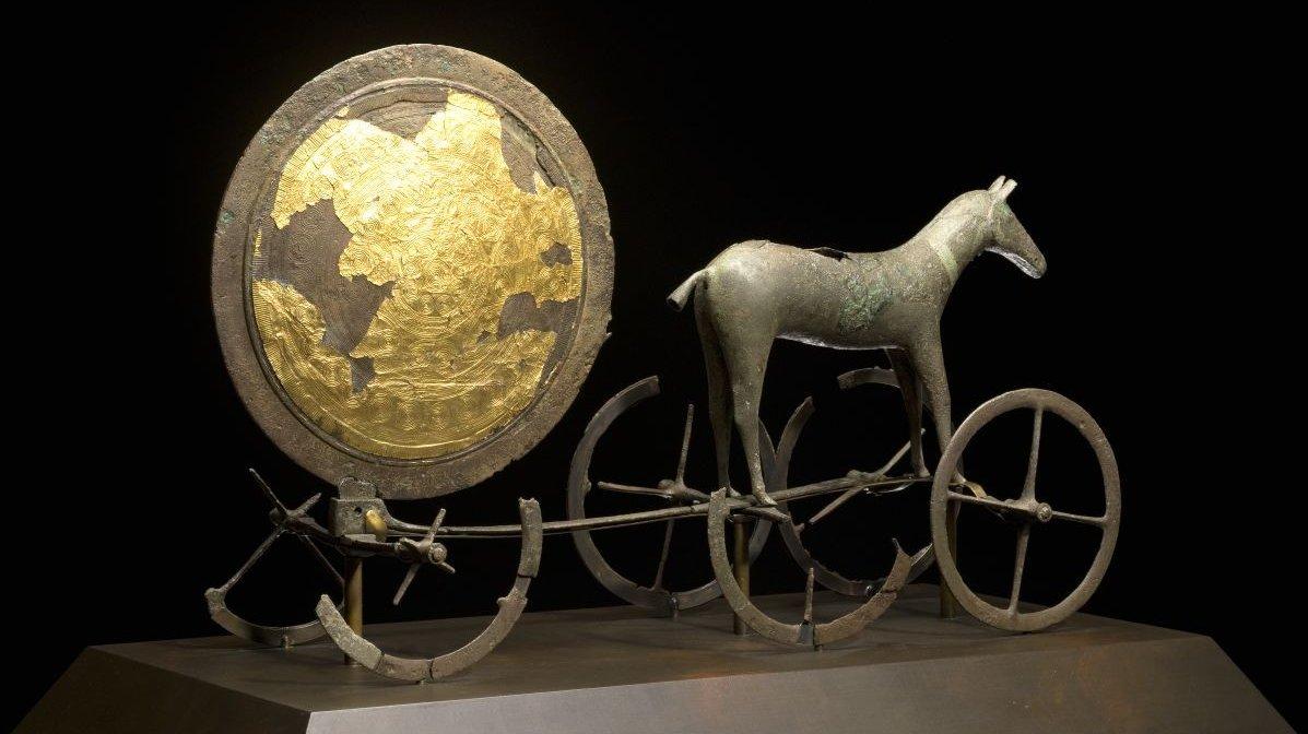 Solvognen blev fundet i en mose på Sjælland for over 100 år siden. Den er et vigtigt fund fra bronzealderen.