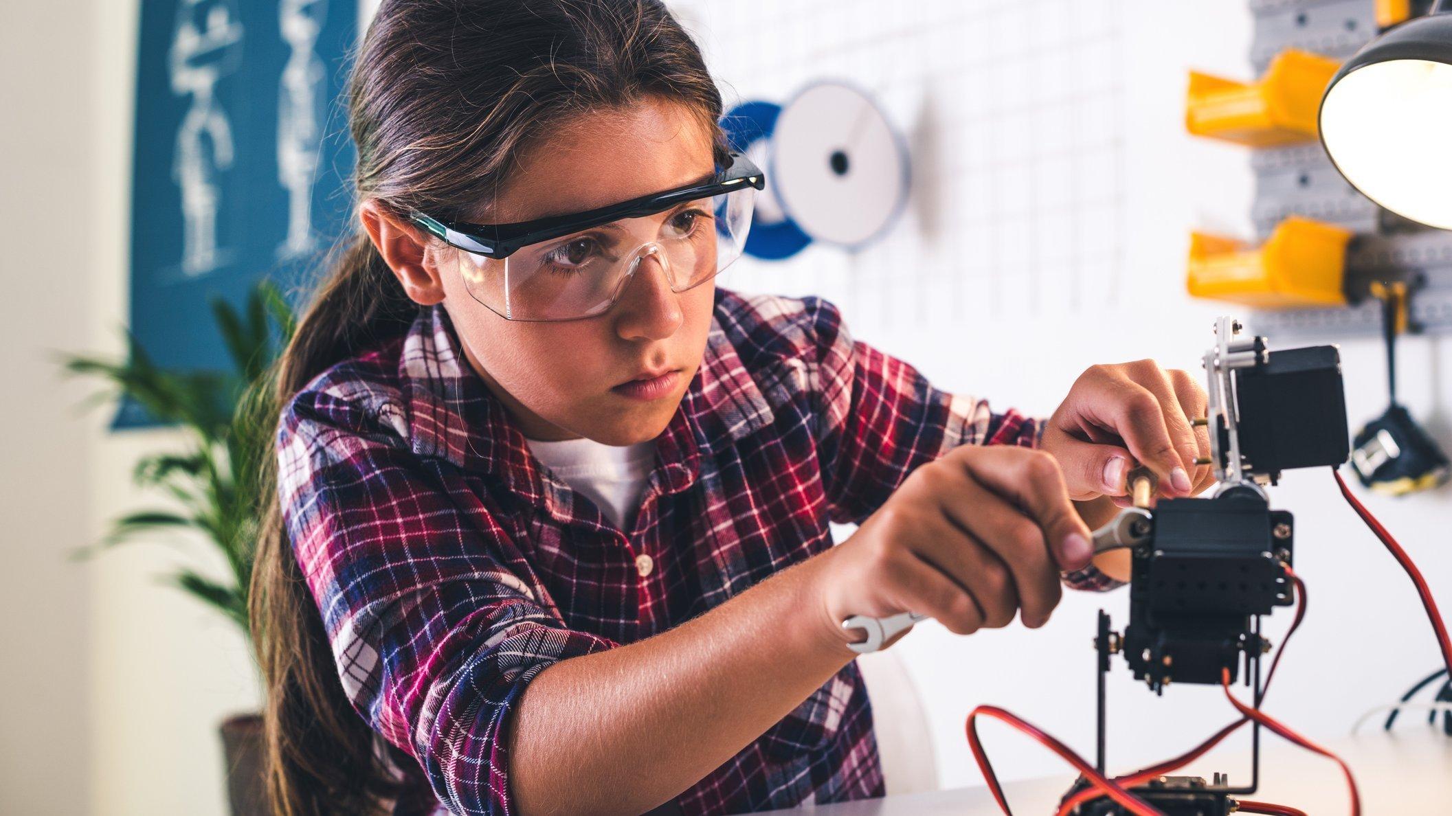 I robotværkstedet arbejder mennesker og robotter med at forberede børn og unge på fremtiden.