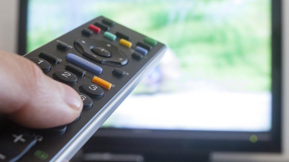 Viele Menschen verbringen täglich mehrere Stunden vor dem Fernseher.