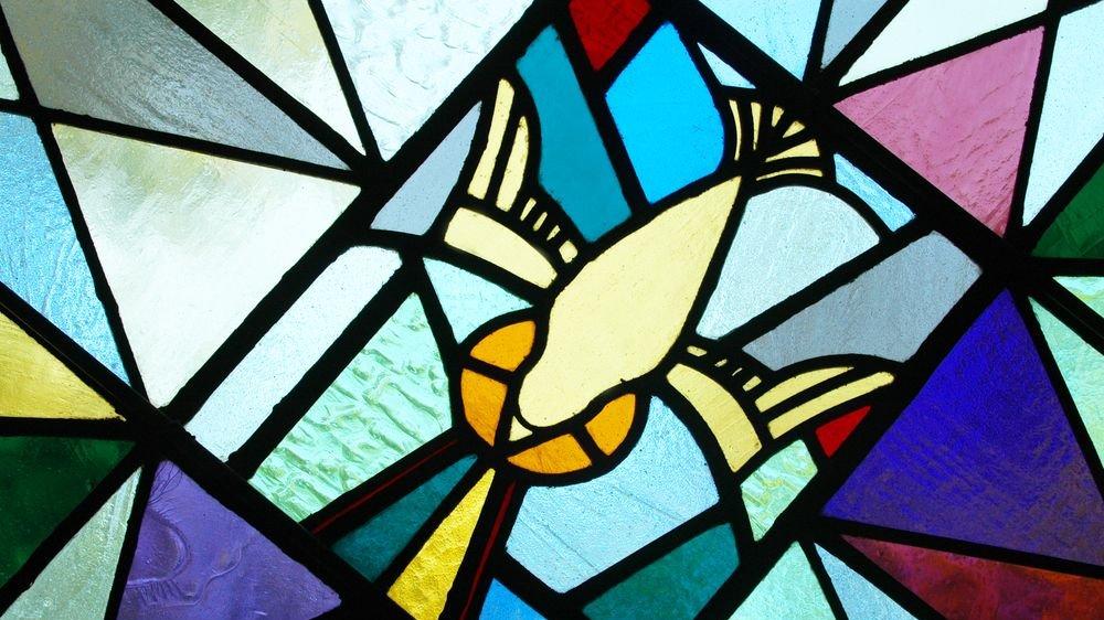 Igennem flere hundrede år har glasmosaikker været en del af den religiøse kunst. Her ses en moderne glasmosaik med en due, som i kristendommen er et symbol på Helligånden.