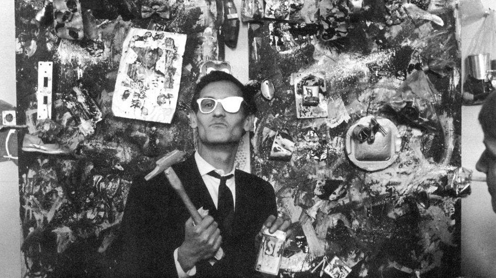 Kunstneren Arthur Köbcke foran en af sine assemblager.