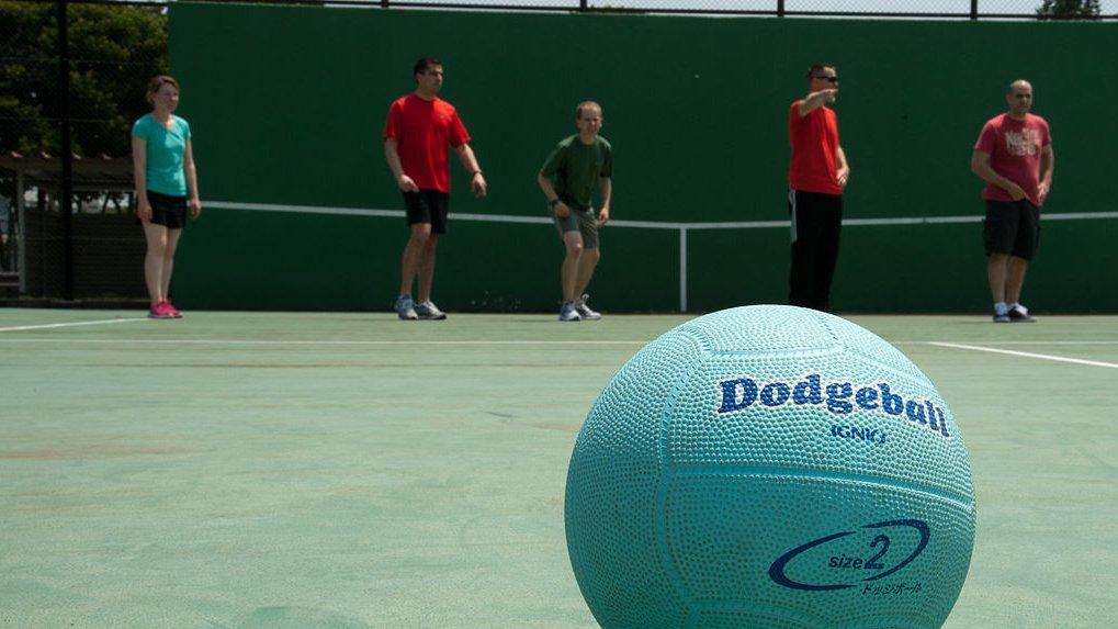 Lær blandt andet at spille dodgeball i forløbet.