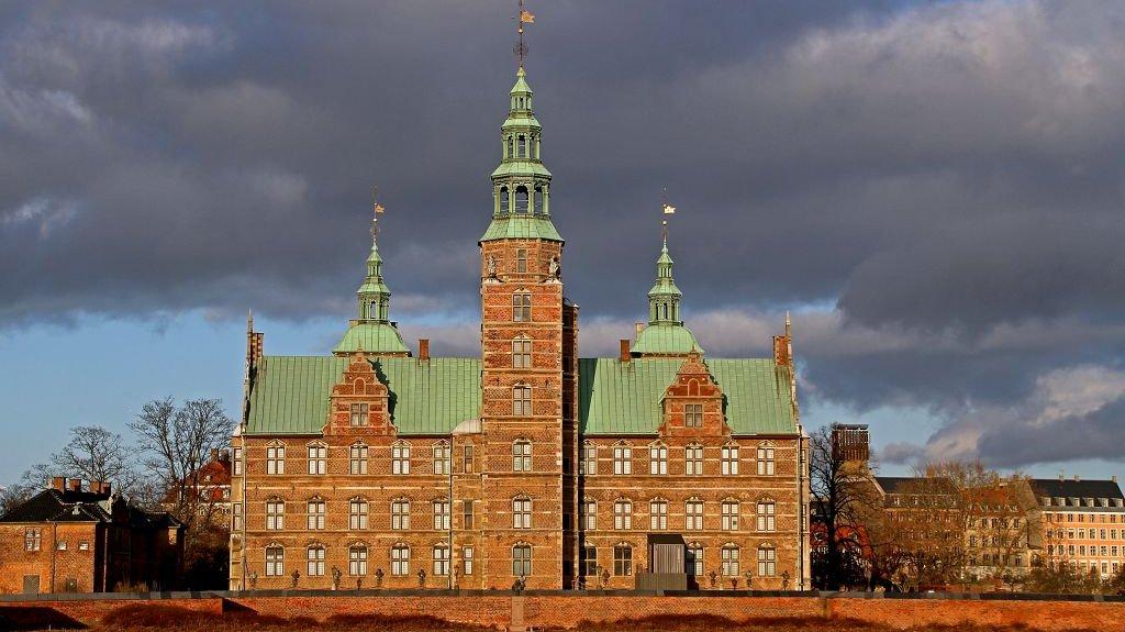 Midt i København ligger Rosenborg, der blev bygget af Christian 4. i starten af 1600-tallet.
