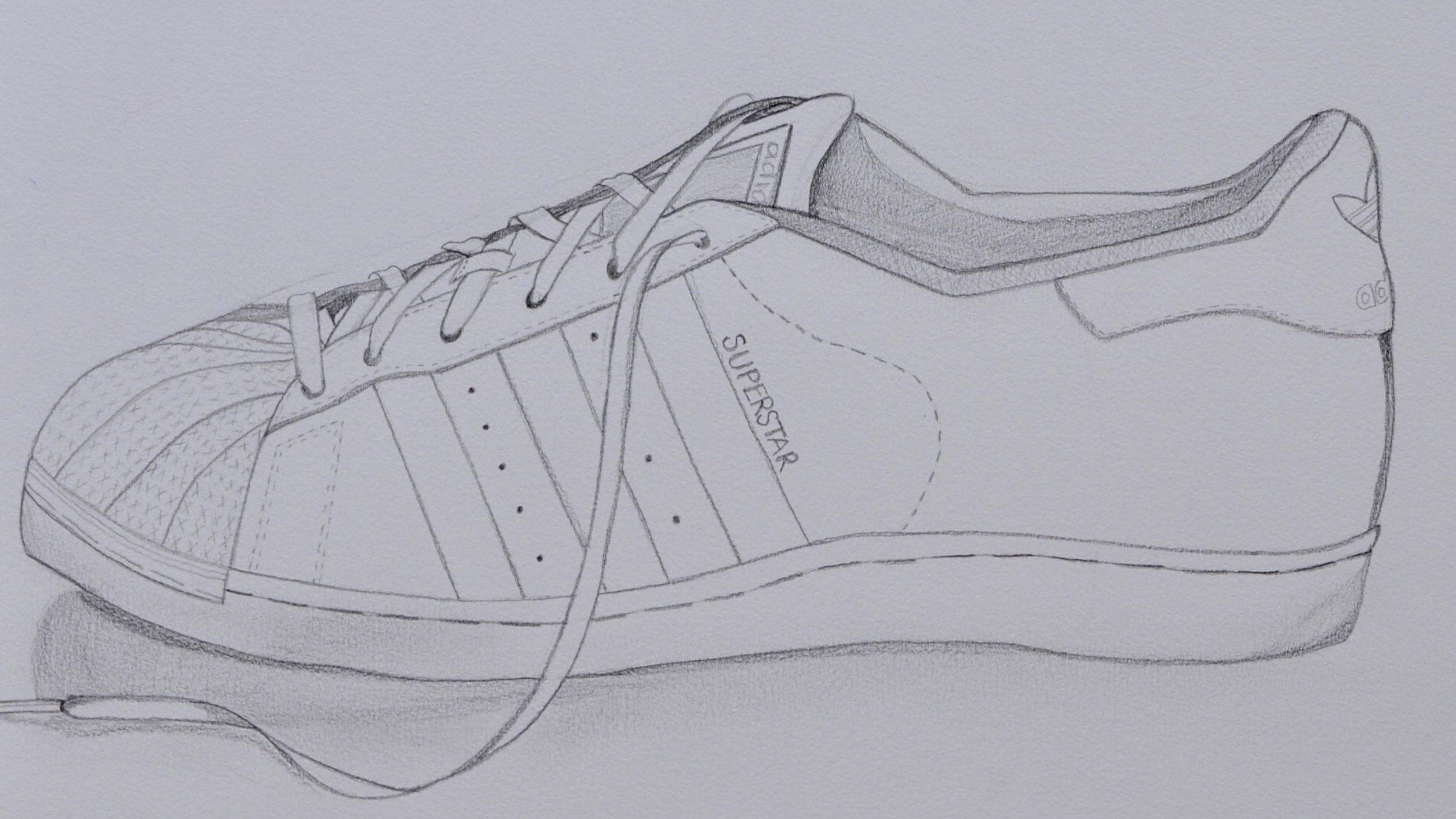 Iagttagelsestegning af en adidassko. Der er brugt blyant og skitsepapir.