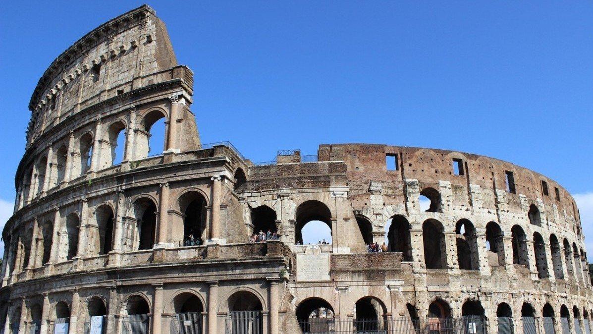 Midt i den moderne storby Rom ligger resterne af Colosseum. Bygningen er et af de mange beviser på, at folk i det gamle Rom var meget dygtige til at bygge.