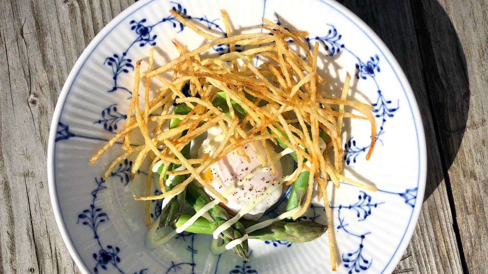 Pocheret æg, asparges, tændstikskartofler og ramsløgmayo – få ingredienser, men mange teknikker.