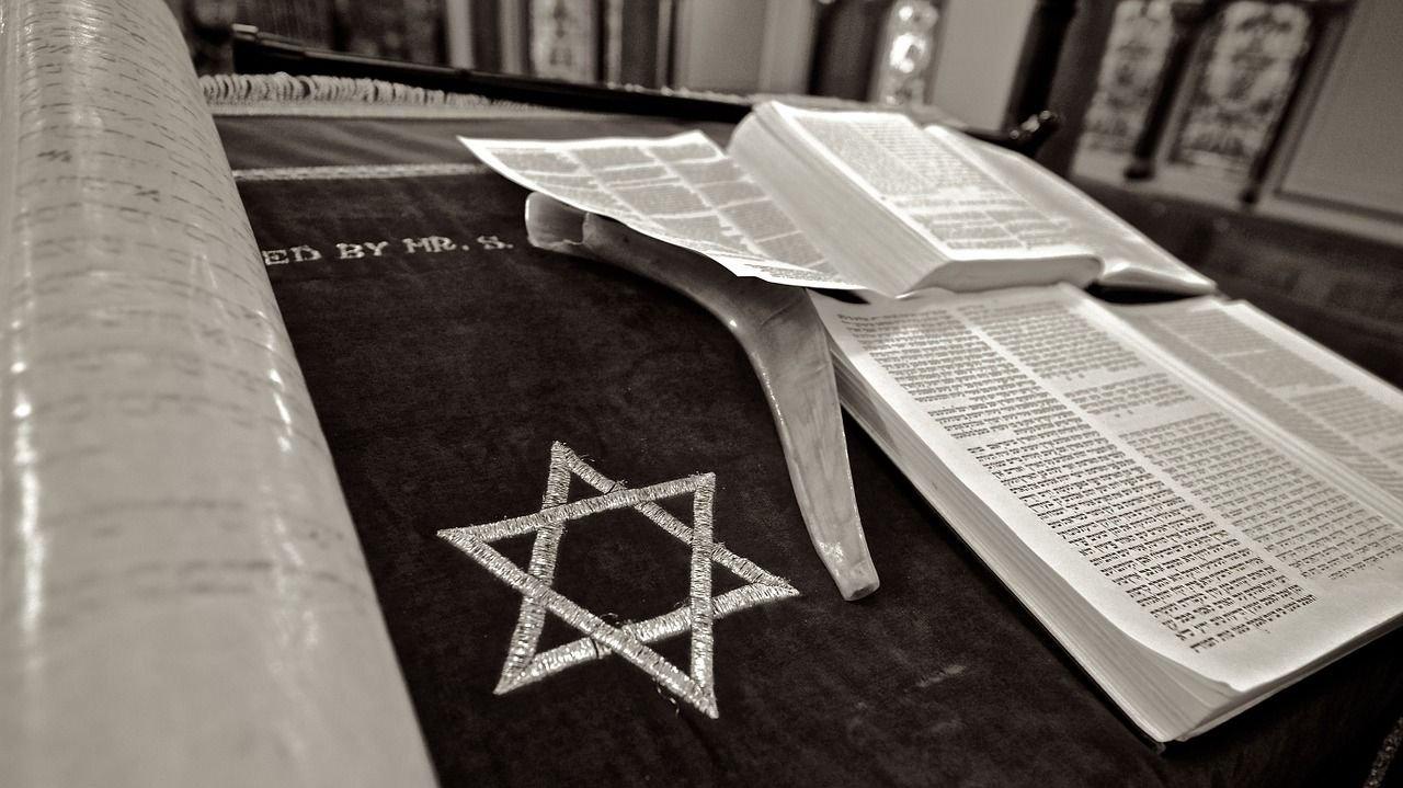 Davidsstjernen er et jødisk symbol, og de jødiske hellige skrifter er skrevet på hebraisk.
