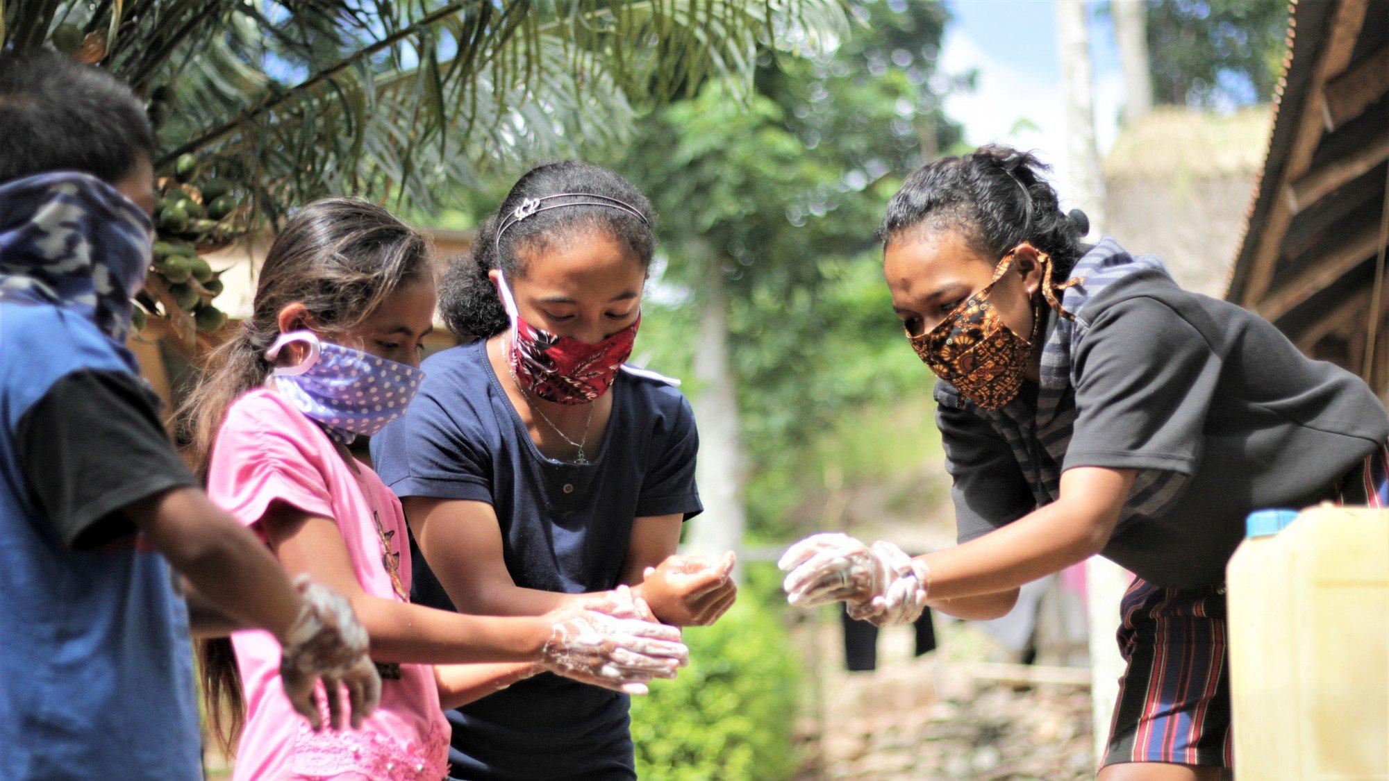 En gruppe elever fra Indonesien lærer at vaske hænderne korrekt for at mindske smitten med corona.