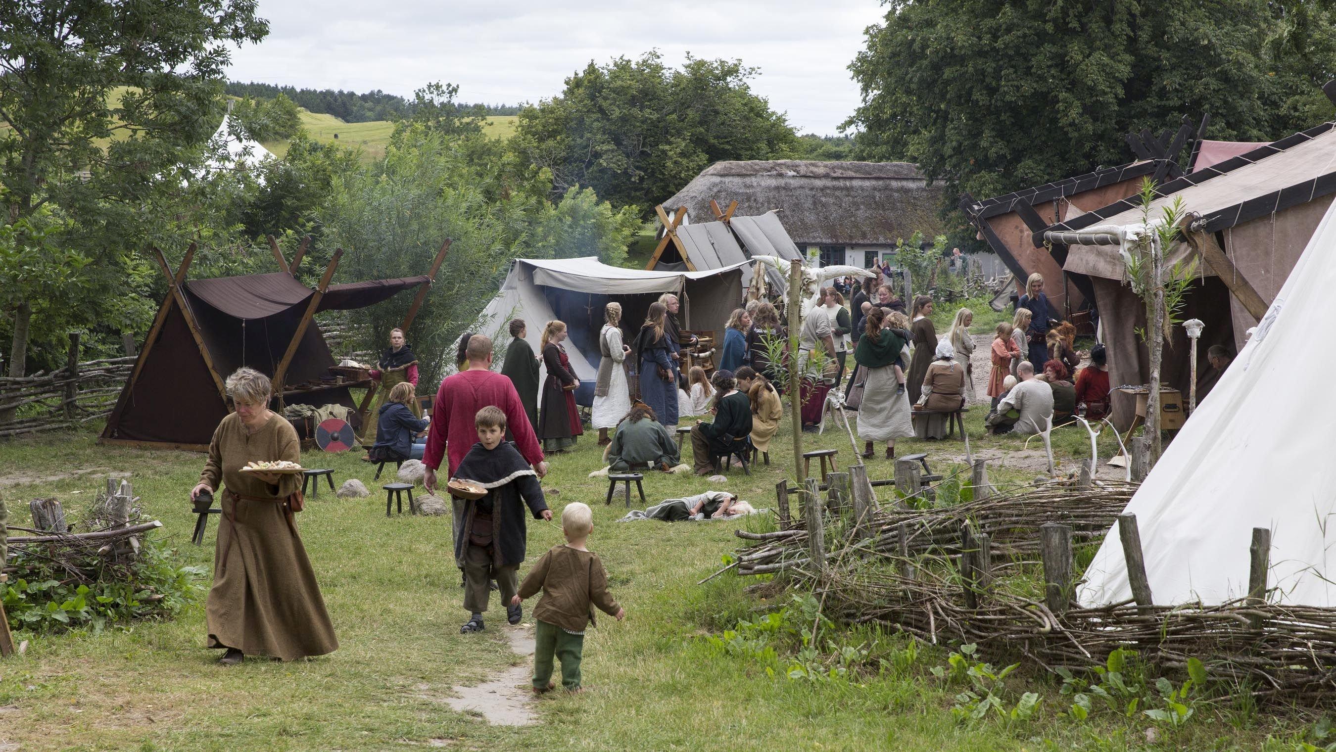 Vikingernes daglige liv gik blandt andet med at arbejde i marken, handle og lave mad. Billedet her viser, hvordan en markedsplads i vikingetiden måske har set ud.