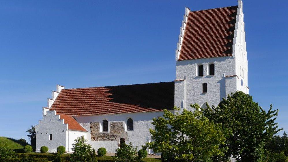 Sådan ser en gammel dansk landsbykirke tit ud. I dette forløb skal I arbejde med kirkens rum, indretning og gudstjeneste.