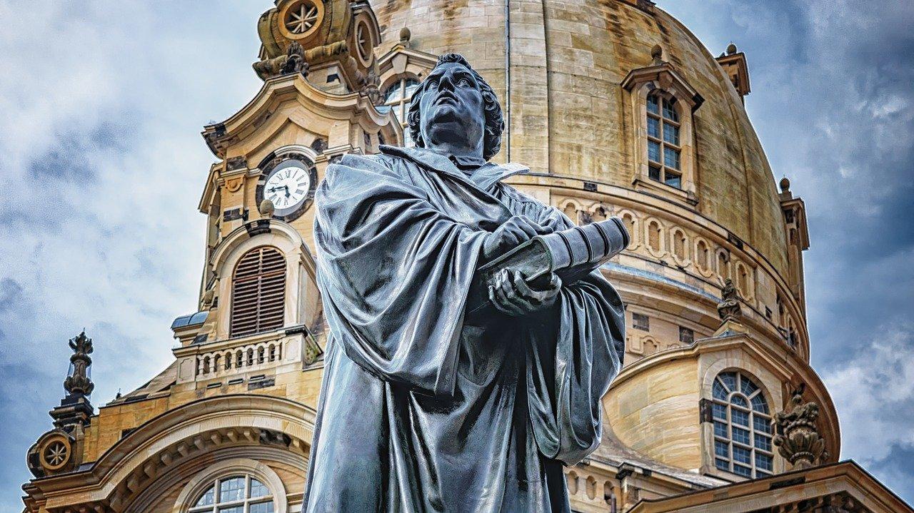 Statue af Martin Luther ved Vor Frue Kirke i byen Dresden i Tyskland.