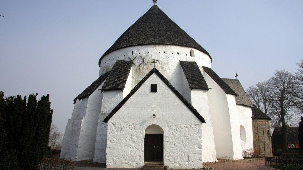 Kirkebygningerne, der huser den danske folkekirke, er meget forskellige. Her ses Østerlars Kirke på Bornholm.