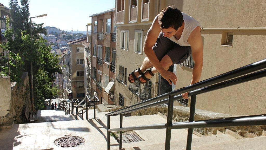 Parkour kan laves overalt. Find sjove udfordringer udendørs, eller lav en parkourbane i jeres gymnastiksal.