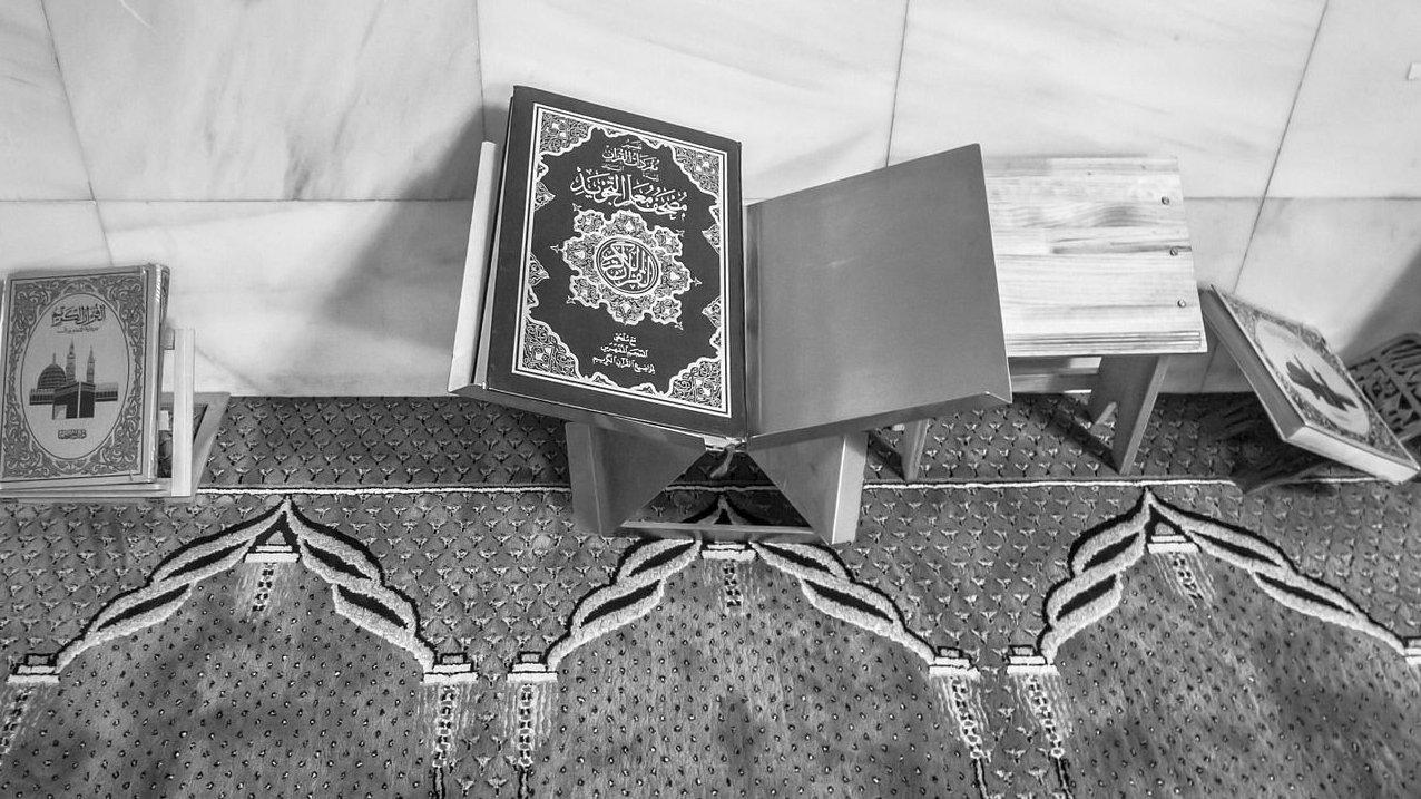 I en moské findes tæpper. Her kan man bede og læse i muslimernes hellige bog, Koranen.