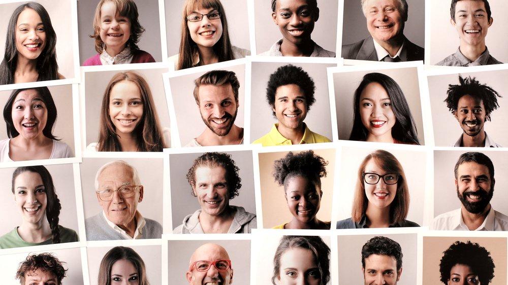 Vi ser alle forskellige ud udenpå. Vi er ikke lige gamle, og vi har forskellig stil. Men hvordan ved vi, hvem vi egentlig er indeni? Er vi altid den samme inderst inde? Hvem er du?
