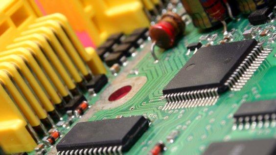 Elektriske kredsløb kan være svære at overskue. En almindelig hverdagsforestilling er, at strømmen går ud til fx en pære, hvor den bruges og forsvinder.