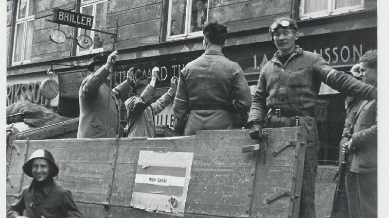 Modstandsfolk fra Holger Danske afhenter mistænkte landsforrædere efter befrielsen. I dette forløb skal I bl.a. lære, hvem der blev anset som landsforrædere.