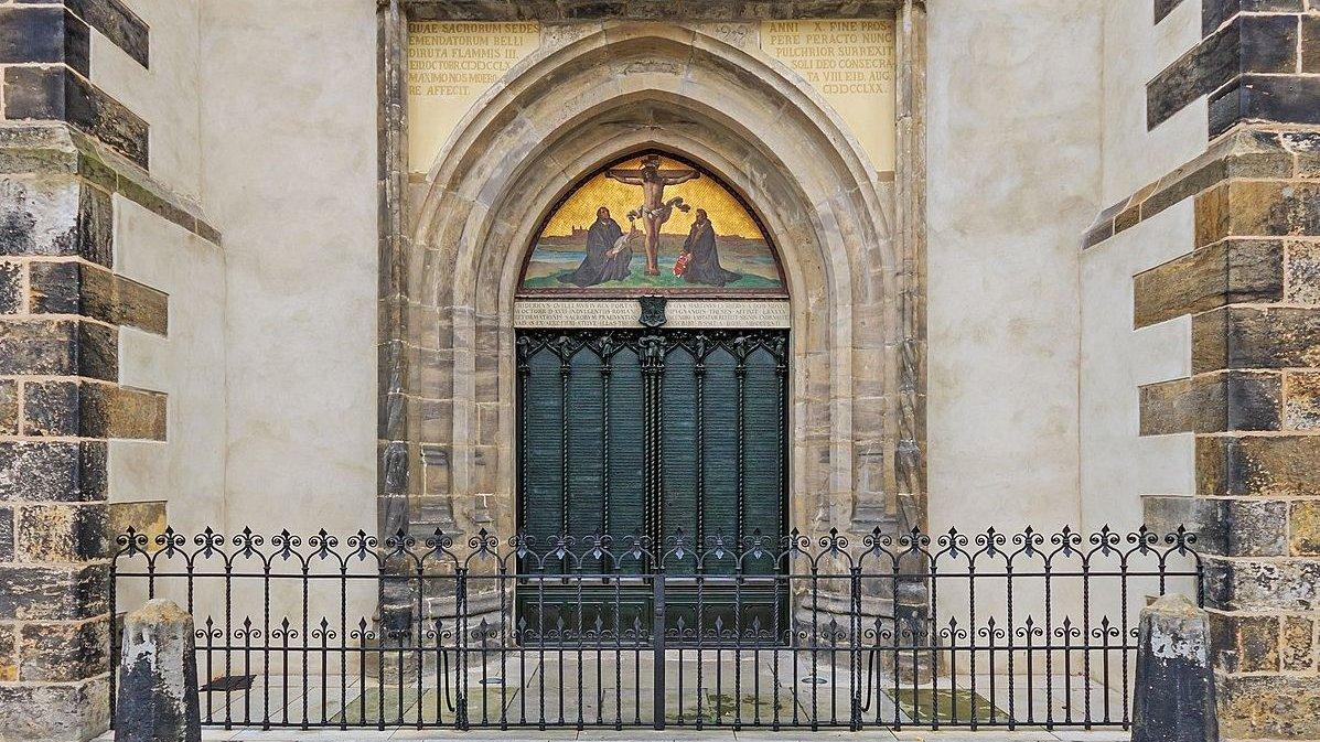For ca. 500 år siden bankede Martin Luther sine 95 teser fast på denne dør. Hans nye tanker ændrede Europa, men medførte også splittelse og krig.