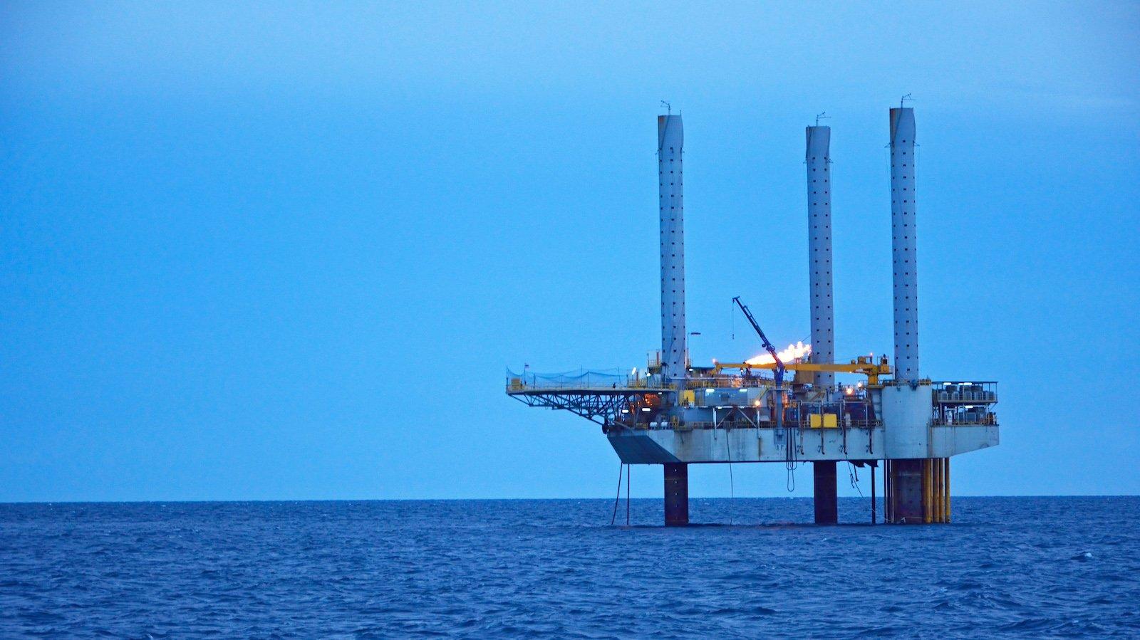 På en boreplatform henter man olie op fra havets bund