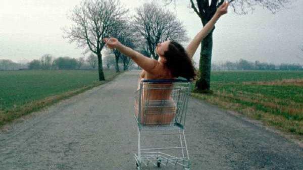 En nøgen kvinde i en indkøbsvogn.