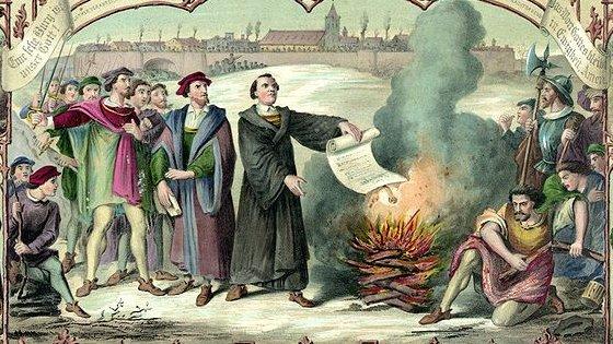 Martin Luther står i centrum af historien om reformationen. Her ses den tyske munk i færd med at afbrænde en trussel fra paven, som blev sendt til ham i 1520.