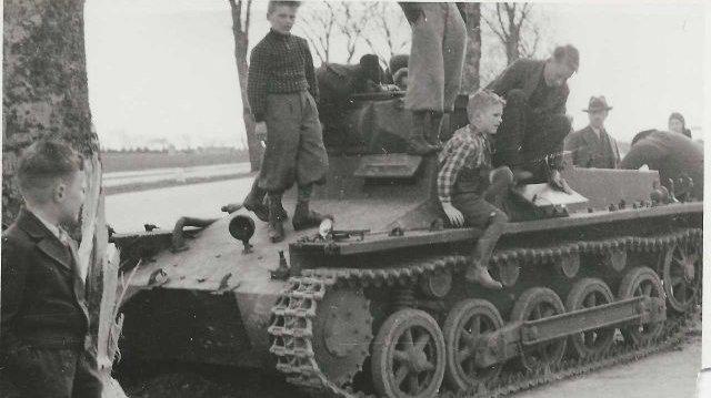 Danske børn, der leger på en tysk kampvogn den 9. april 1940. Kampvognen var kørt mod et træ under den tyske besættelse af Danmark.