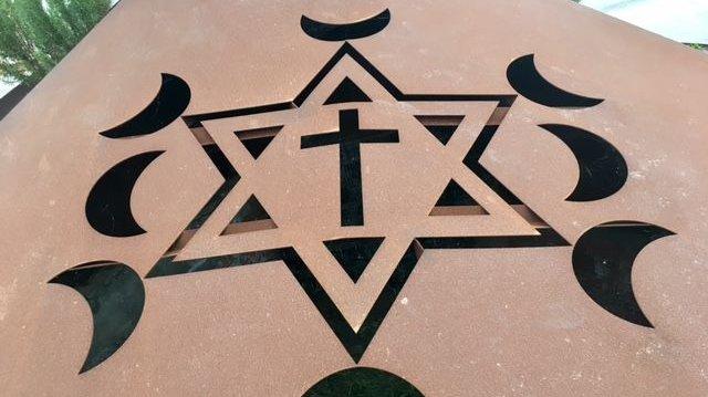Religioner har forskellige symboler. Her ses det kristne kors, den jødiske stjerne og islams halvmåne.