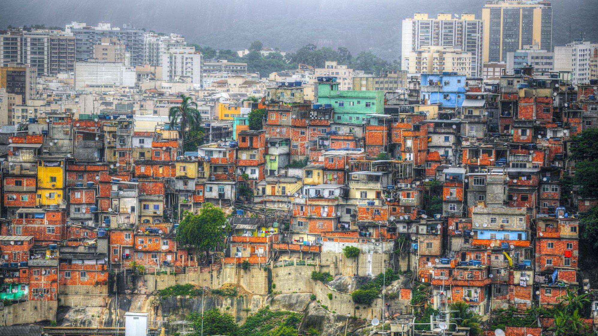 Der er store forskelle mellem rig og fattig i verden. Her i São Paulo i Brasilien er kontrasten tydelig med slumbyggeri i forgrunden og de langt rigere kvarterer i baggrunden.