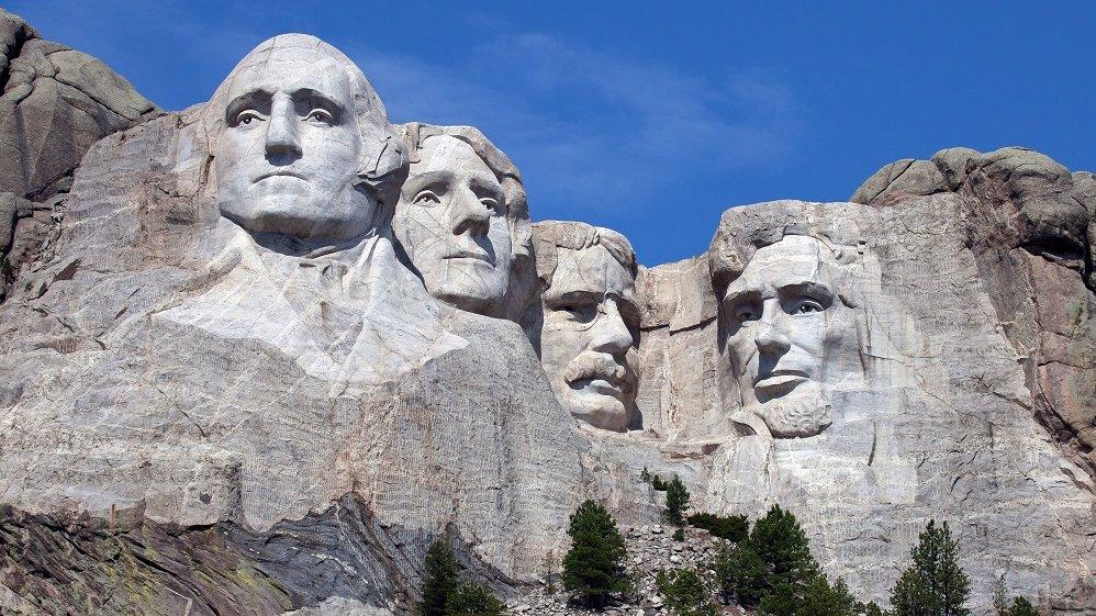 Mount Rushmore er et monument i USA, der viser fire af USA's præsidenter. Til venstre ses George Washington, som var USA's første præsident.
