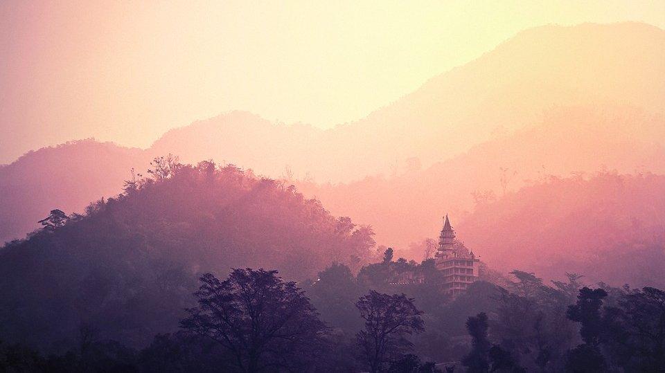 I dette forløb bliver I introduceret til Østens store religioner: hinduismen og buddhismen. Undervejs skal I sammenligne de to religioners myter og ritualer med kristendommen. Billedet viser et hindutempel i Indien.