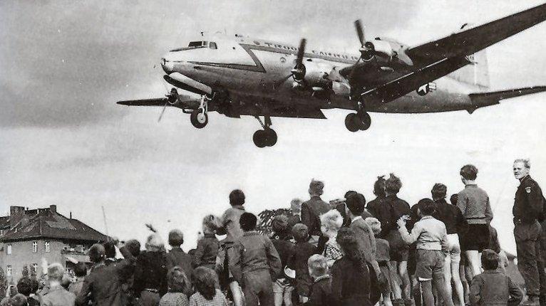 Berlin lå på mange måder i centrum for den kolde krig. Her ses berlinere, der iagttager et amerikansk fly i 1948.