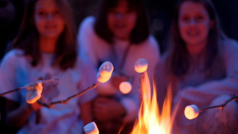 Meeting new friends, playing all kinds of sports, hanging out by the bonfire – it is time to go to camp!