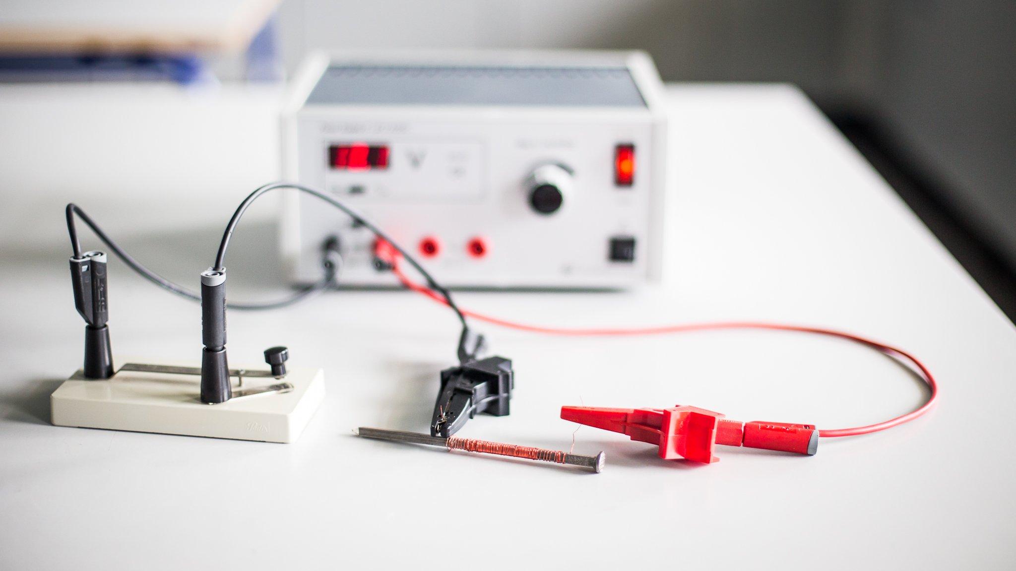 Med et jernsøm, kobbertråd og en strømforsyning kan du lave en magnet.