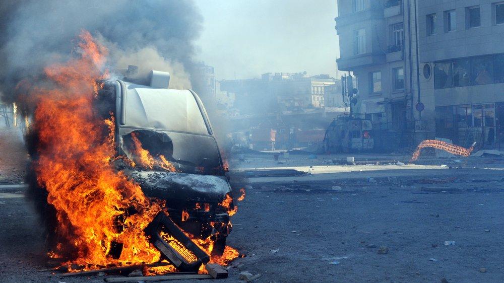 Terrorister spreder frygt og ødelæggelse gennem angreb med bomber og barbariske henrettelser.