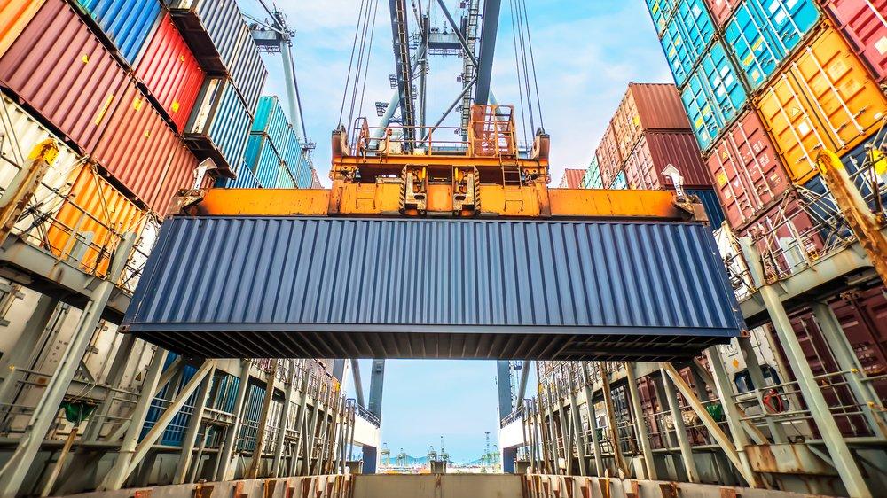 Det globale arbejdsmarked indebærer blandt andet handel mellem lande og outsourcing af opgaver som fx produktion til andre lande. Det medfører en masse transport af varer hver dag.