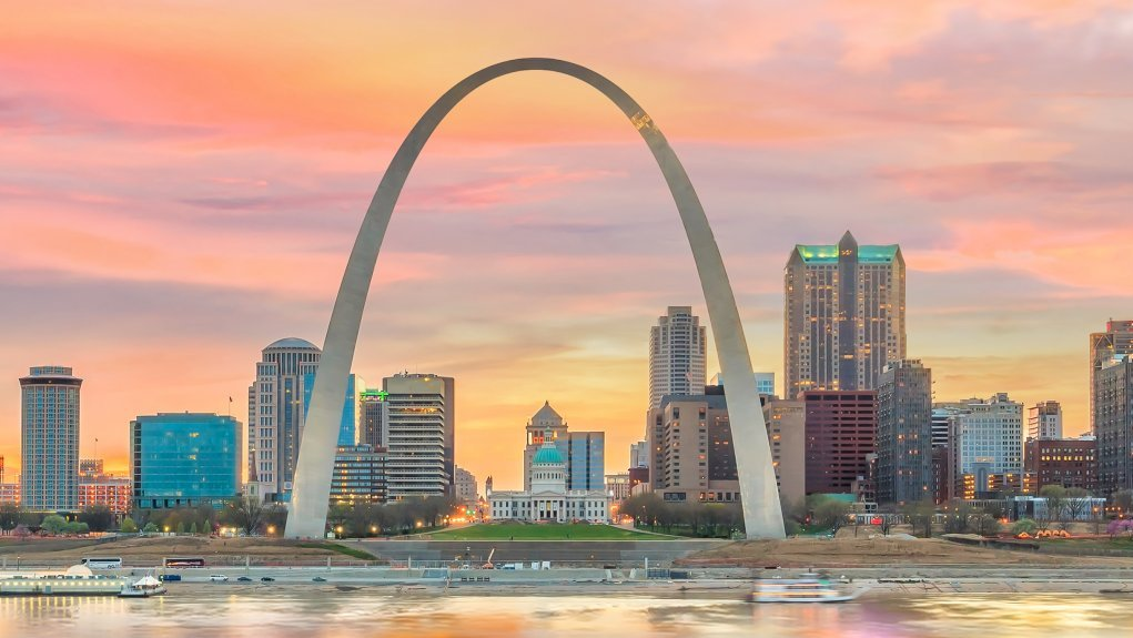 Buen i Saint Louis, USA er formet som en parabel. En parabel er en ikke-lineær funktion.