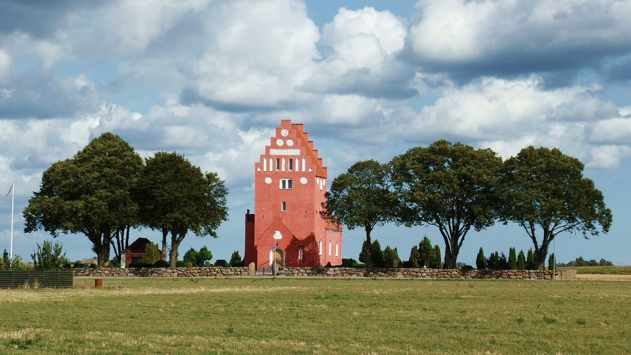 Typisk dansk landsbykirke.