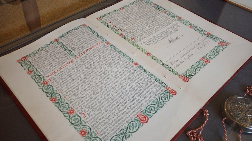 Danmarks Riges Grundlov kan findes på Christiansborg. Grundloven er i sin nuværende form fra d. 5. juni 1953, men det meste af lovteksten er fra d. 5. juni 1849.