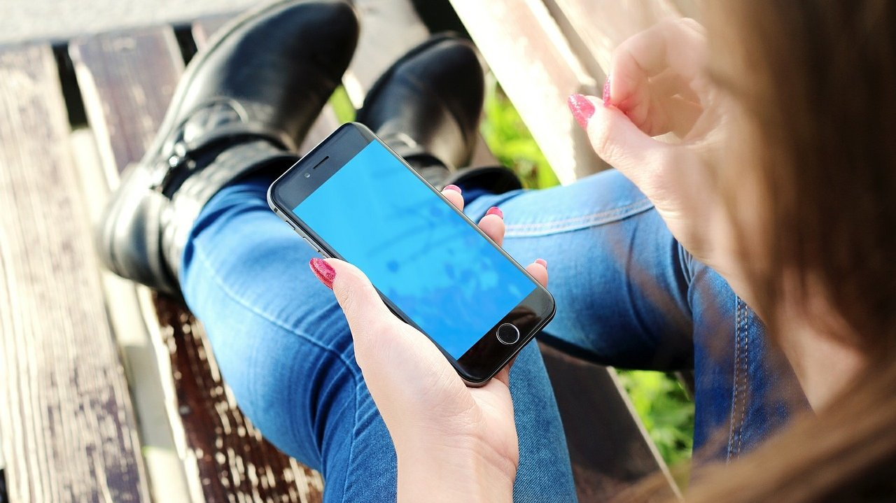 Viele Jugendlichen sind mehrmals am Tag auf den Seiten der sozialen Medien unterwegs.